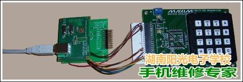 图2. 系统图片,使用一个3M内部连接器来连接MINIQUSB+和MAX1234评估板。
